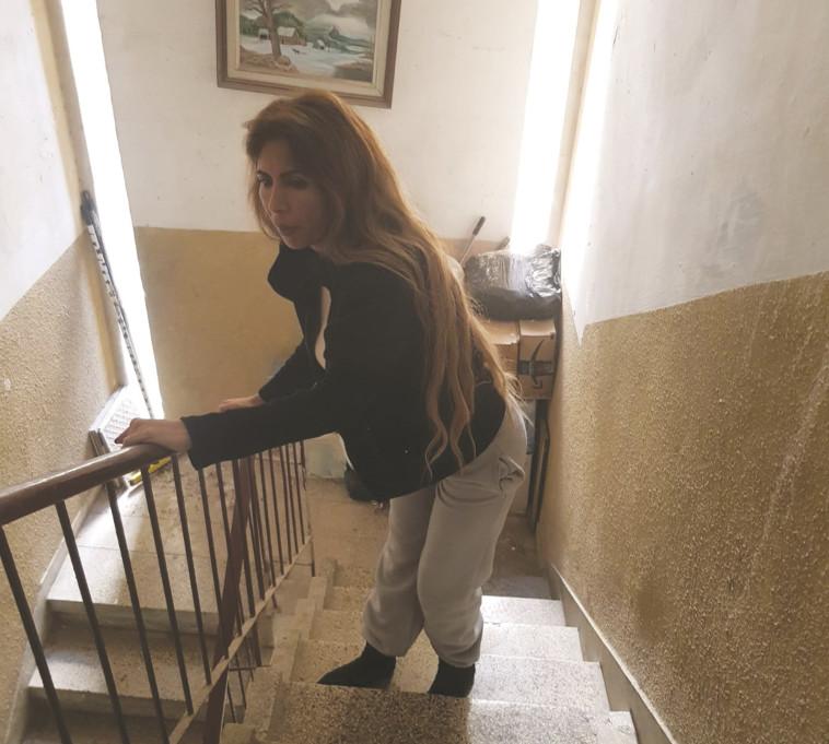 מירב שוע בחדר המדרגות (צילום: ללא)