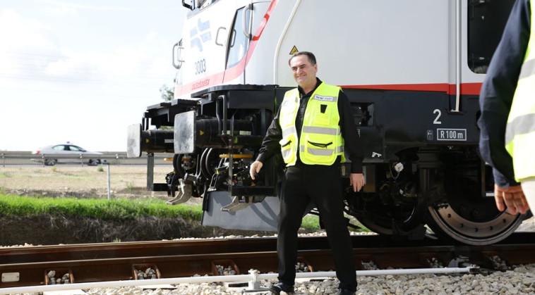 """ישראל כ""""ץ במסילת הרכבת. צילום: אלוני מור"""