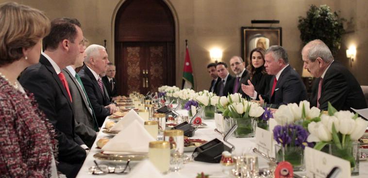מלך ירדן עבדאללה וסגן נשיא ארה''ב מייק פנס (צילום: AFP)