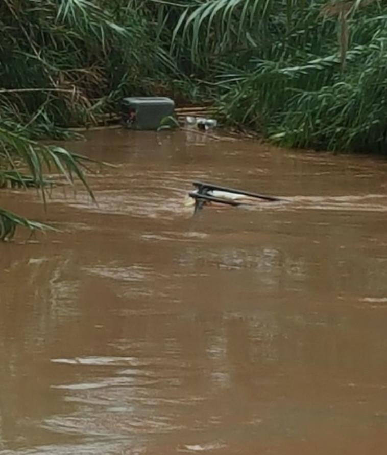 הרכב ששקע בנחל ליד נווה ירק. צילום: כבאות והצלה