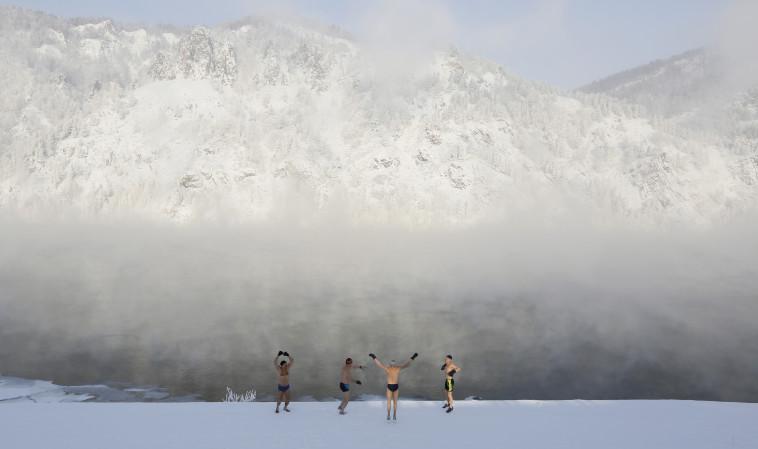 """שוחים בקור אימים. מועדון """"דולפין"""", צילום: רויטרס"""