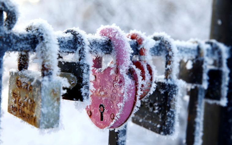 לב קר. מנעולי אהבה בבלארוס, צילום: רויטרס