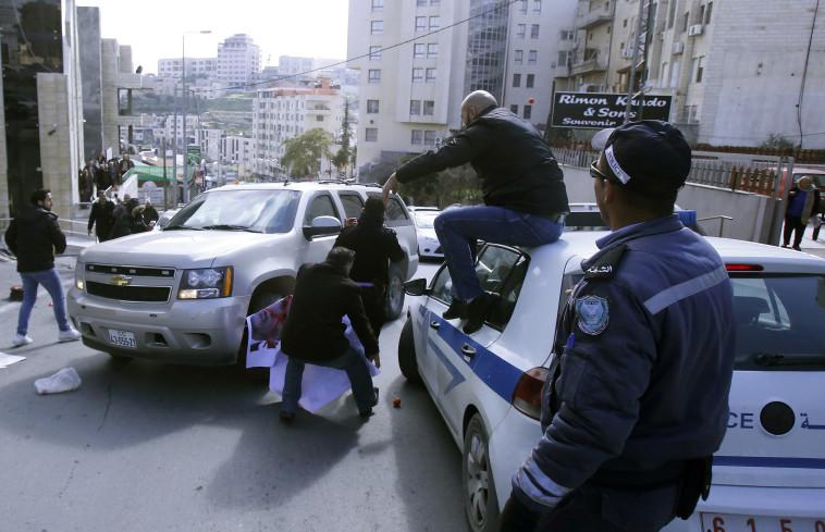 פלסטינים תוקפים רכב אמריקאי בבית לחם. צילום: איי.אף.פי