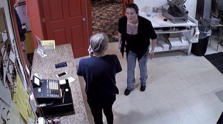 הרגע בו בעלת המסעדה מגלה שנתנה את הקוקאין ללקוח הלא נכון. צילום מסך: יוטיוב