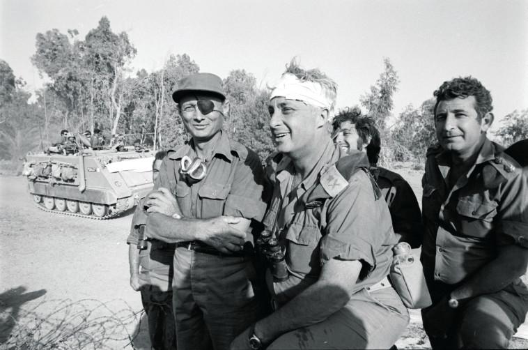 שרון ודיין במלחמת יום כיפור. צילום: אברהם ורד