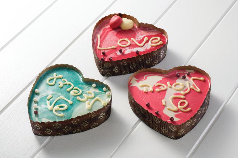 """עוגת לב שוקולדית אישית, שיצרה הקונדיטורית מירי ארזי מבית """"מתוקה"""". צילום: יח""""צ"""