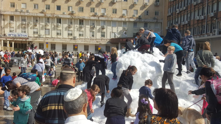 """חגיגת השלג בפ""""ת. צילום: אלון חכמון"""