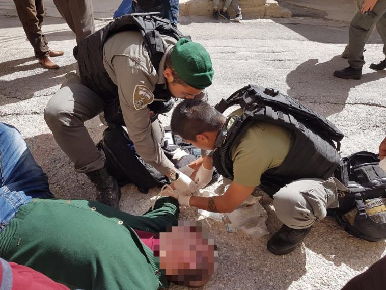 הטיפול בפלסטיני שהתמוטט ביציאה ממערת המכפלה. צילום: דוברות המשטרה