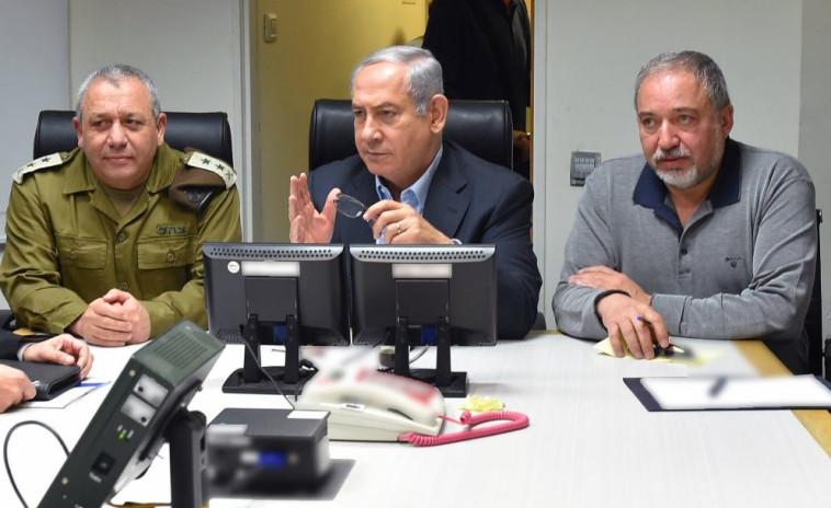 איזנקוט, נתניהו וליברמן אחרי הפלת מטוס ה-F-16. צילום: אריאל חרמוני, משרד הביטחון