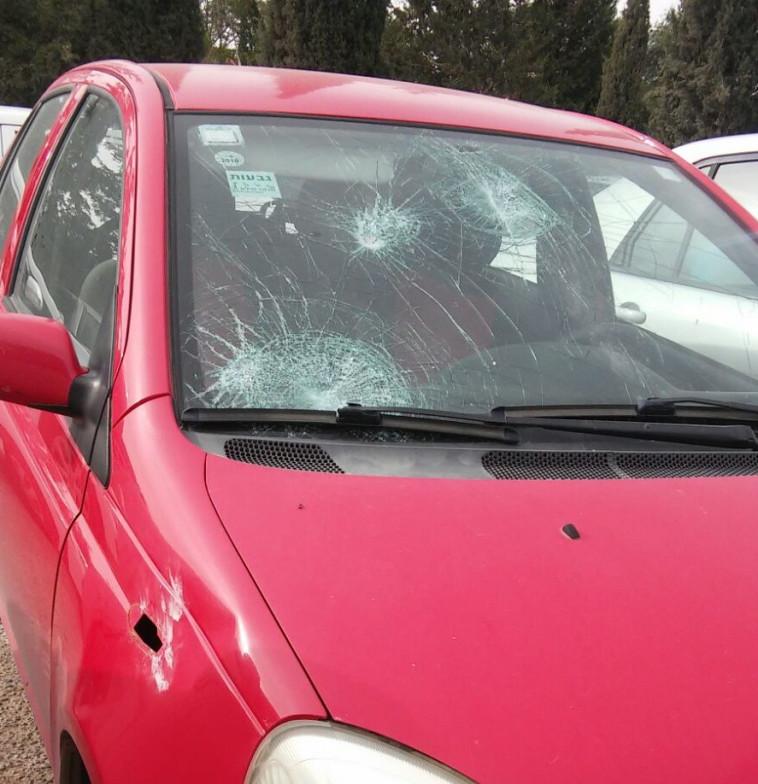 הרכב שהותקף באבנים בתקוע. צילום: קרני אלדד