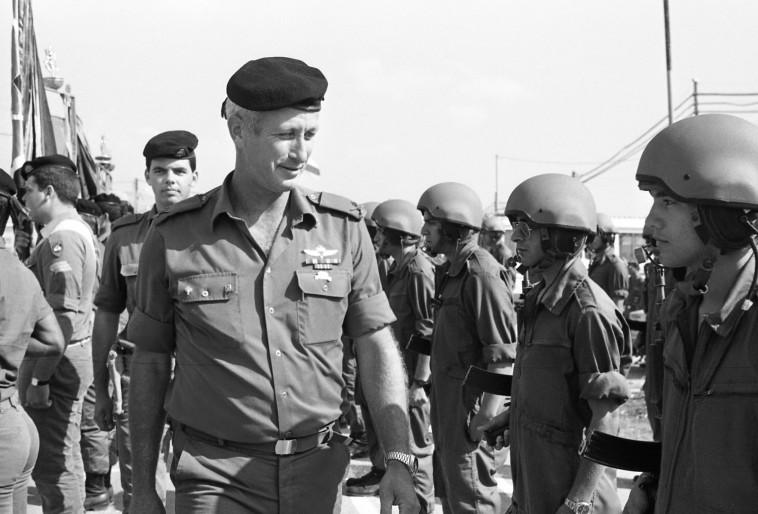 רובין עוזב את אוגדה 162, 1985. צילום: שמואל רחמני