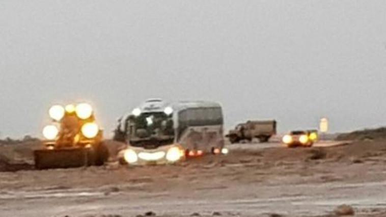 אוטובוס התיירים שנתקע בנחל צאלים. צילום: ניר ונגר, יחידת חילוץ עין גדי
