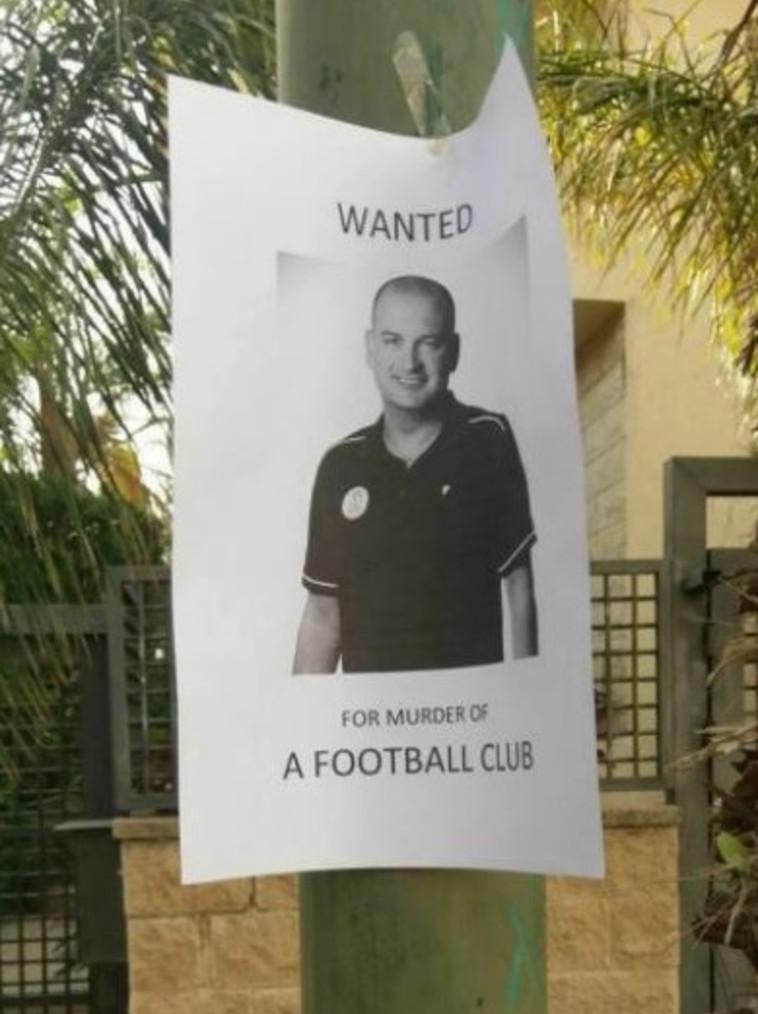 """שלטים נגד סתיו שחם עם תמונתו והכיתוב: """"מבוקש בגין רצח המועדון"""". רשתות חברתיות"""