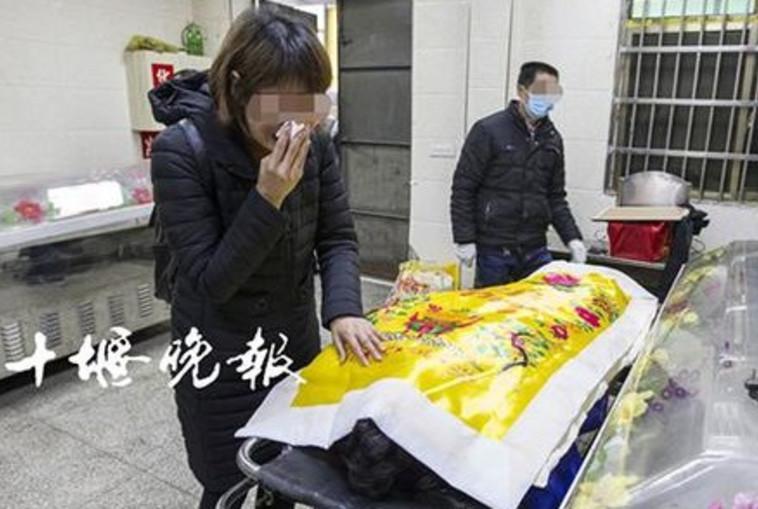 אשתו של הואנג נפרדת ממנו בפעם האחרונה. צילום מסך