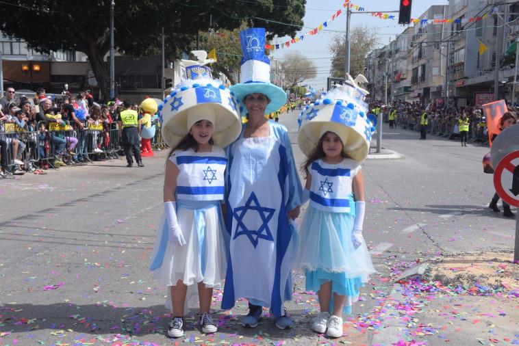 משתתפים בחגיגות עם דגלי ישראל. צילום: אבשלום ששוני