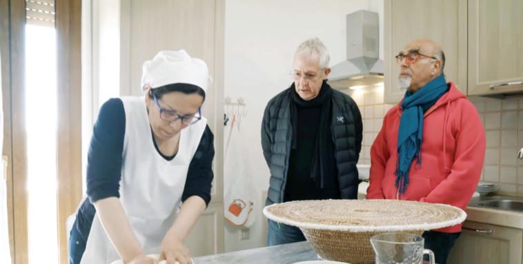 ישראל אהרוני עם גידי גוב  ב''המסע המופלא של אהרוני וגידי''  (צילום: צילום מסך)