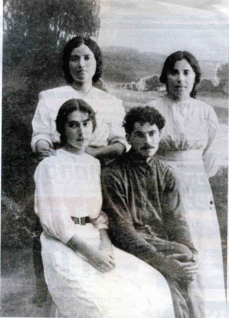 רחל המשוררת יושבת מצד שמאל עם חברים צילום ארכיון יד בן-צבי. ארכיון יד בן-צבי