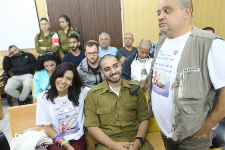 אזריה עם משפחתו בבית המשפט. צילום: אבשלום ששוני