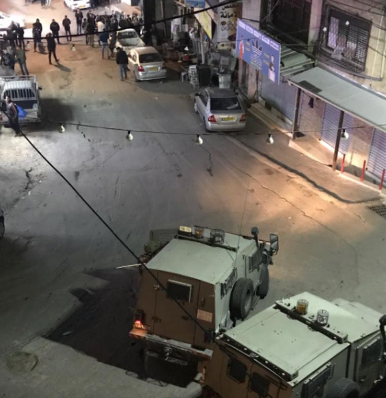 """כוחות הביטחון פושטים הערב על בית המחבל. צילום: דובר צה""""ל"""