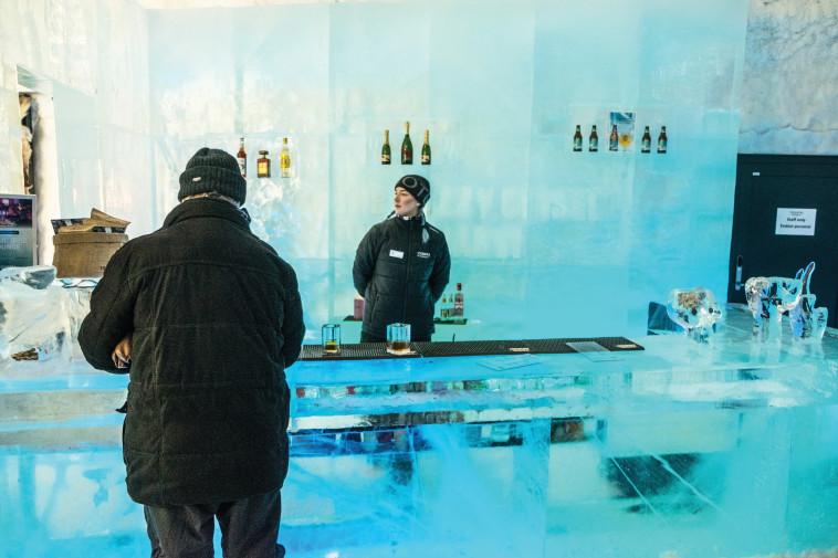 בר הקרח עם כוסות מקרח. צילום: ניר קידר