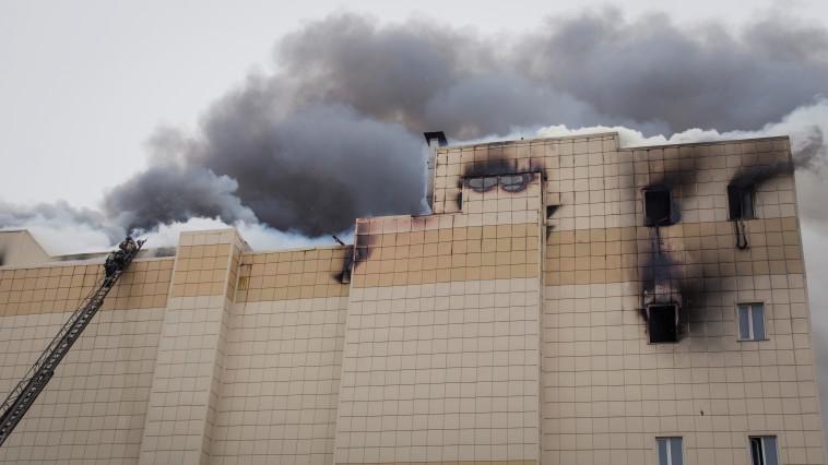 """""""העשן עדיין יוצא מהמתחם"""". צילום: רויטרס"""