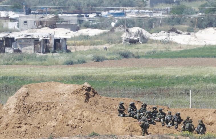 """חיילי צה""""ל ליד הגדר בגבול עזה. צילום: רויטרס"""