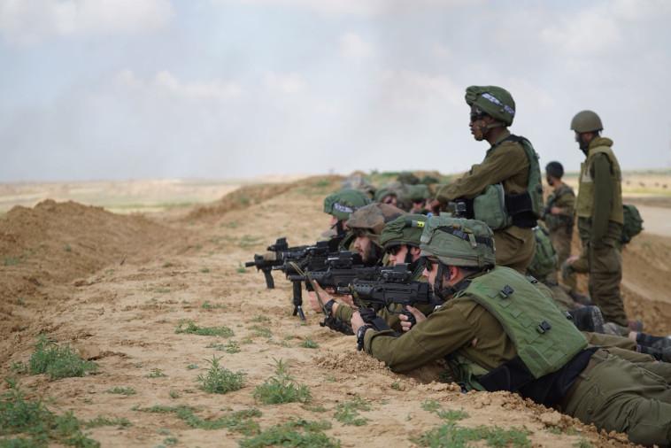 """חיילים בגבול הרצועה. צילום: דובר צה""""ל"""
