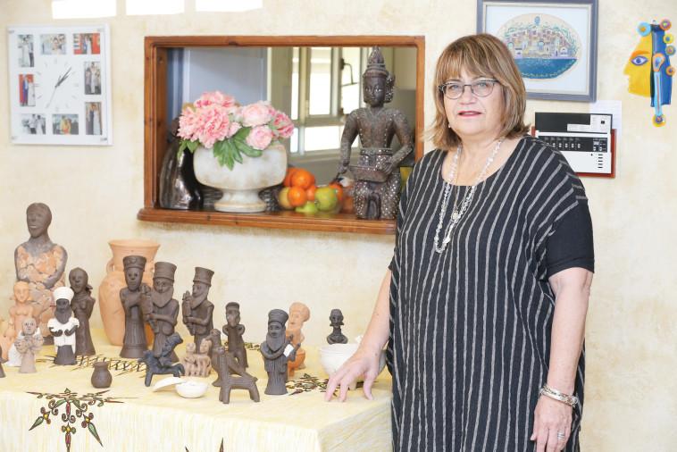 אירית אסרף ואוסף פסלוני החימר. צילום: איתן וכסמן