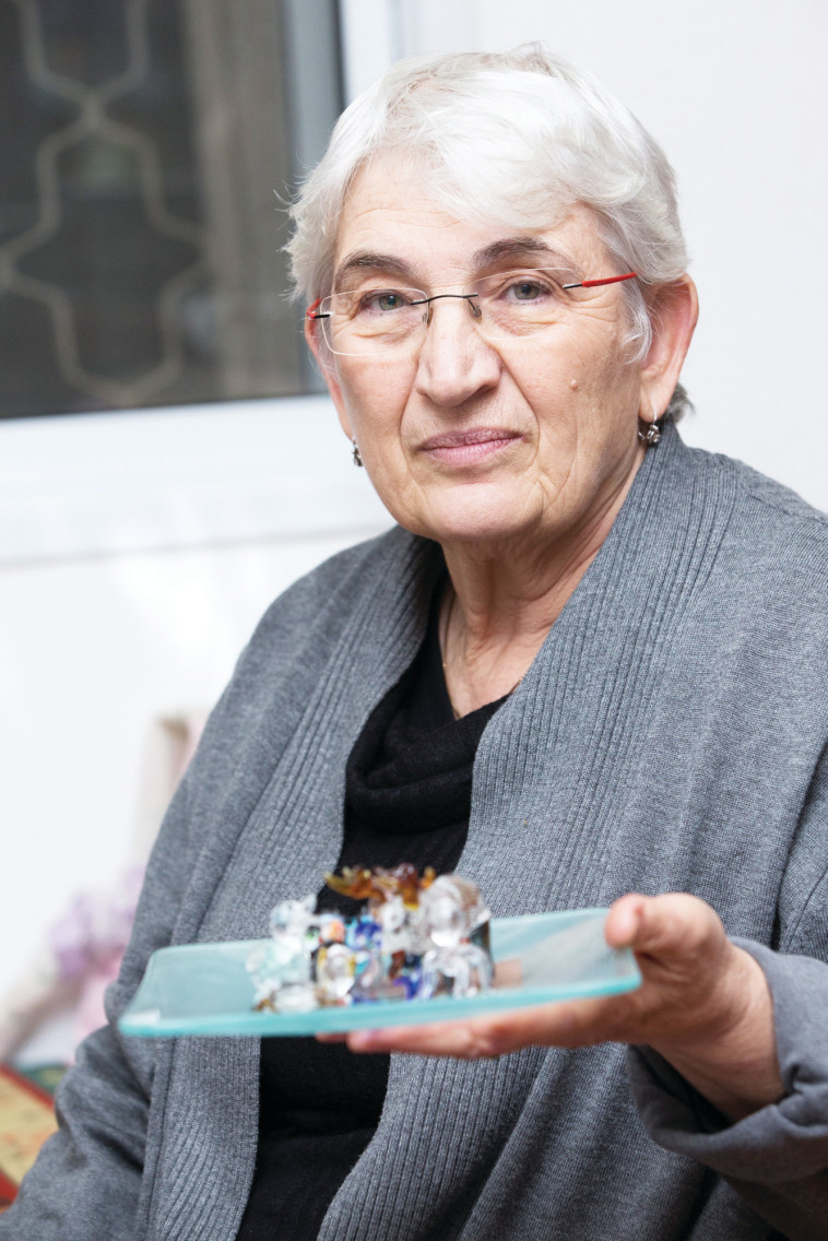 רבקה חמדני ואוסף חיות הקריסטל. צילום: איתן וכסמן