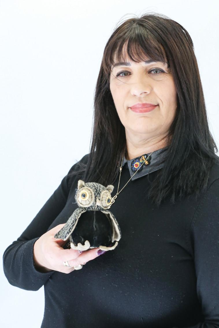 לינדה קדוש, אספנית פסלוני ינשופים. צילום: איתן וכסמן
