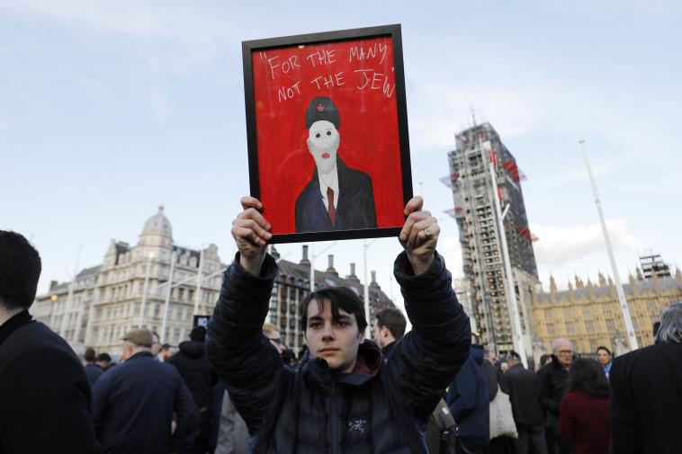 מפגין נגד האנטישמיות במפלגת הלייבור. צילום: AFP