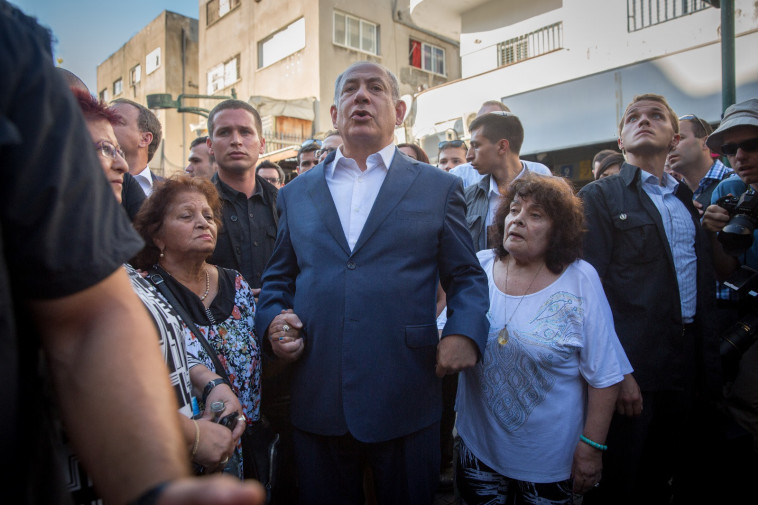 בנימין נתניהו עם תושבי דרום תל אביב. צילום: אבשלום ששוני
