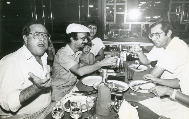 טוביה צפיר שחקן עם דובי גל, אסנת וישינסקי, מוטי קירשנבאום צילום ראובן קסטרו