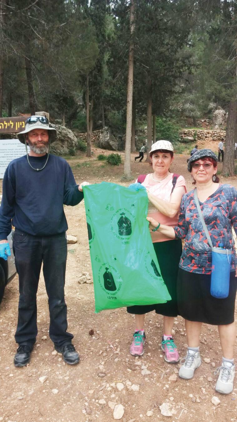 משפחה מנקה קטע משביל ישראל בנחל רפאים. צילום: רשות הטבע והגנים