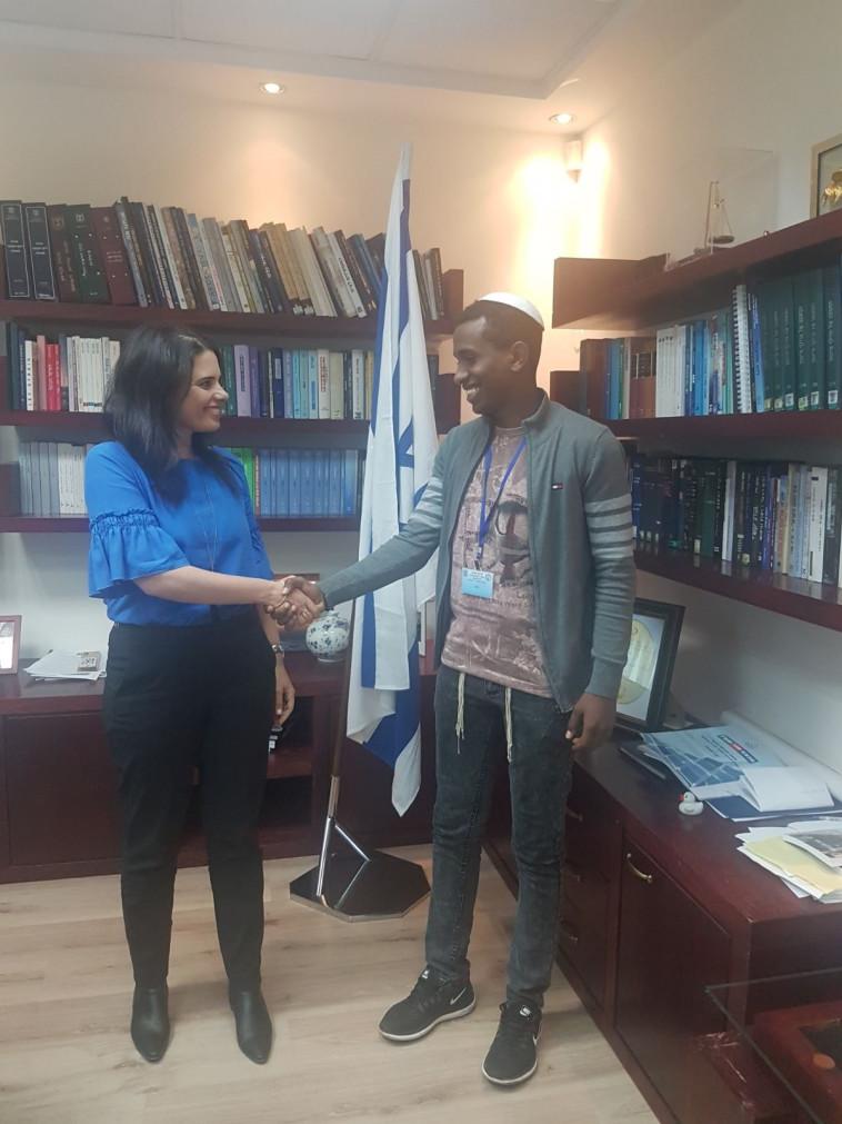 איילת שקד עם שיפראו בלשכתה. צילום: מטה המאבק למען יהודי אתיופיה