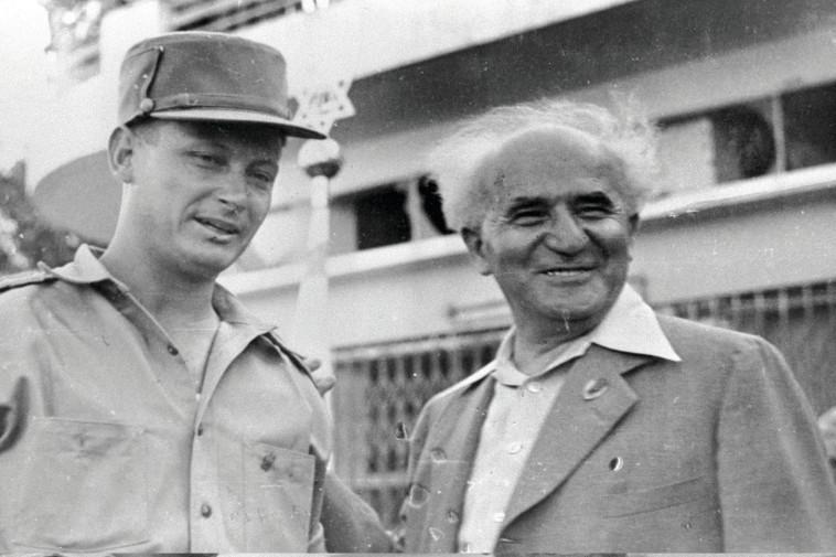 """""""אלון לא היה איש צבא רציני אלא בלט בקומזיצים, הכין תפוחי אדמה על האש"""". יגאל אלון והזקן. צילום: לע""""מ"""