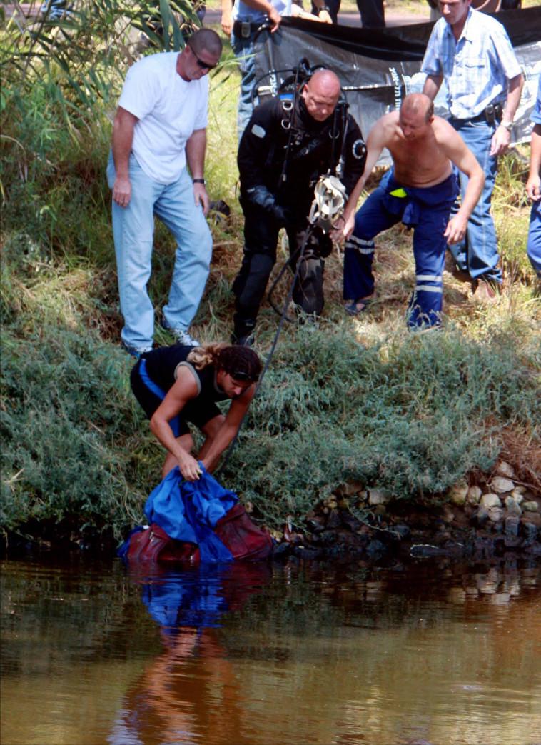 איתור המזוודה בה נמצאה גופתה של רוז בירקון. צילום: יוסי אלוני