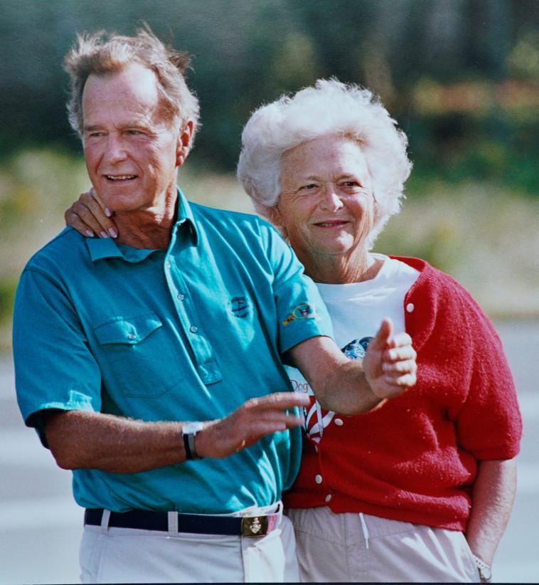 עם ג'ורג' בוש האב. צילום: רויטרס
