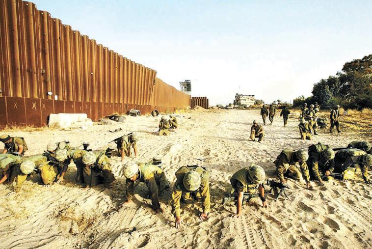 תמונה שזעזעה ואיחדה את המדינה. חיילים מחפשים חלקי גופות בציר פילדלפי. צילום: ברקאי וולפסון