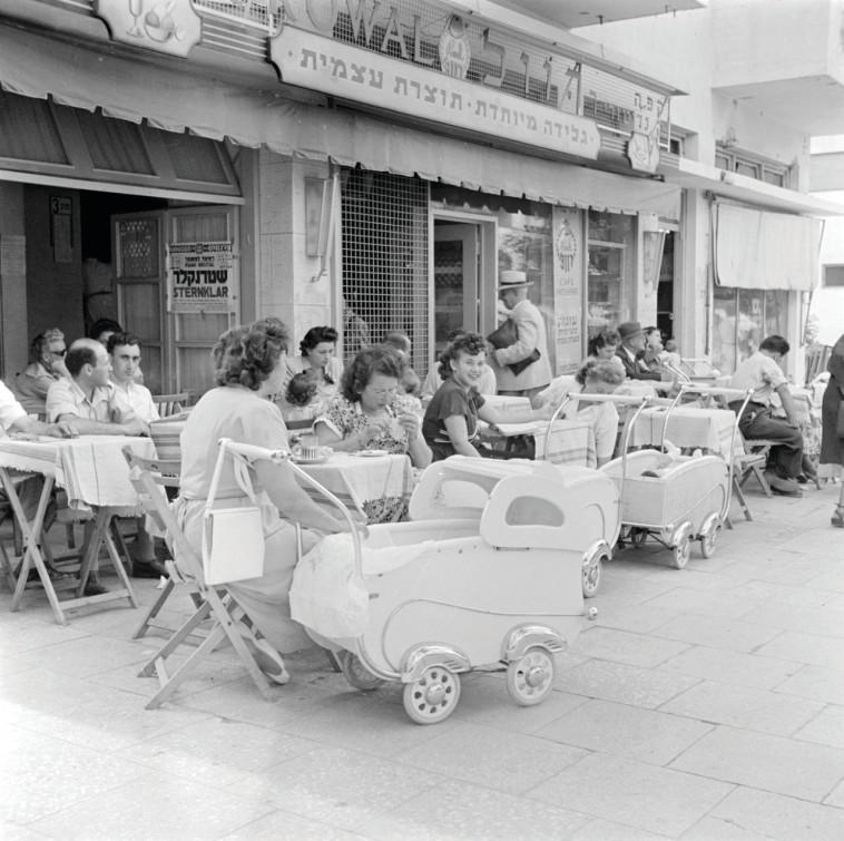 """תל אביב הפכה למרכז ברנז'אי וקולינרי. """"קפה רוול"""", 1948. צילום: Poll, Willem van de CC BY-SA"""