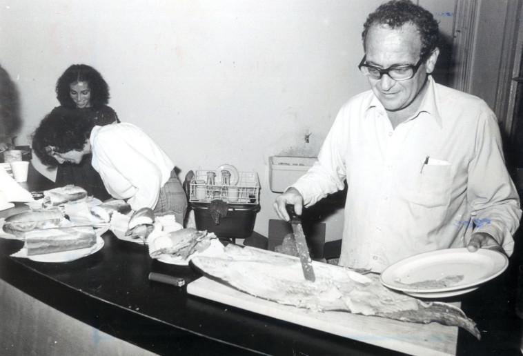 """""""באותן שנים ישראל נפתחה לעולם"""". שאול אברון ב""""הקיוסק"""", 1981. צילום: שמואל רחמני"""