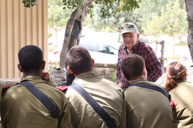 """""""תכירו, זה הסבא שלי"""", יצחק ארד עם חיילי מגלן, צילום: אלוני מור"""