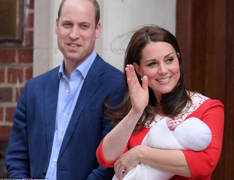 ויליאם וקייט מציגים את התינוק המלכותי. צילום: רויטרס