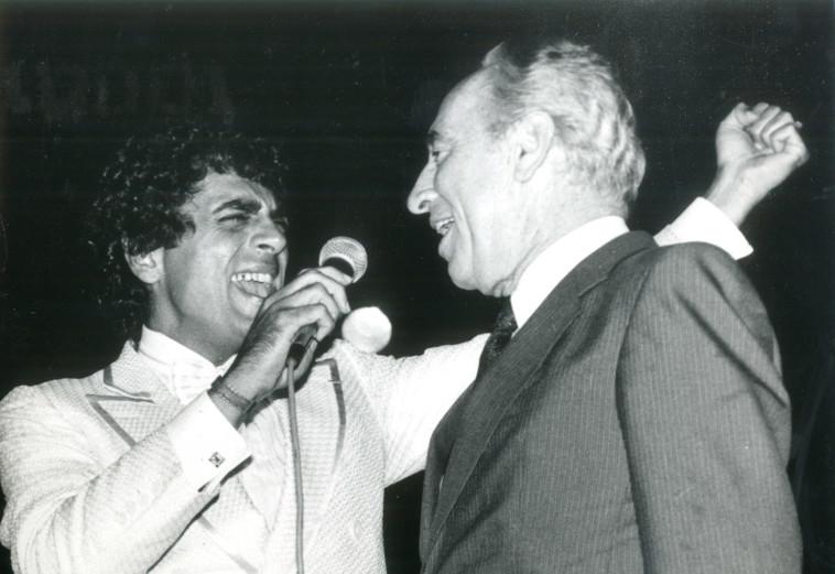אנריקו מסיאס עם פרס 1987. צלם: חנניה הרמן