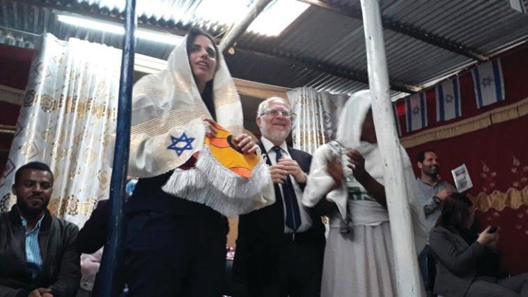 איילת שקד עם המתנה מהקהילה היהודית באתיופיה. צילום: מטה המאבק למען יהודי אתיופיה