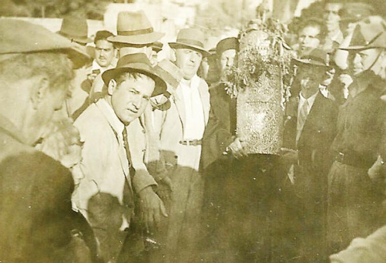 צילום: ויקיפדיה. הרב מאיר עבו (מימין) והרב רפאל עבו ()משמאל לספר התורה) בתהלוכת ל