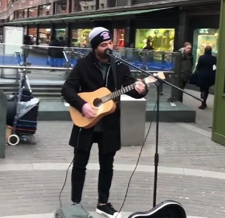 """עומר אדם שר את """"שני משוגעים"""" ברחוב בלונדון"""