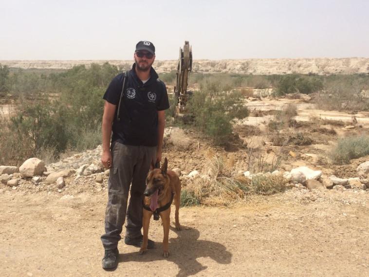 כלב הגישוש לני והכלבן אסף. צילום: דוברות המשטרה