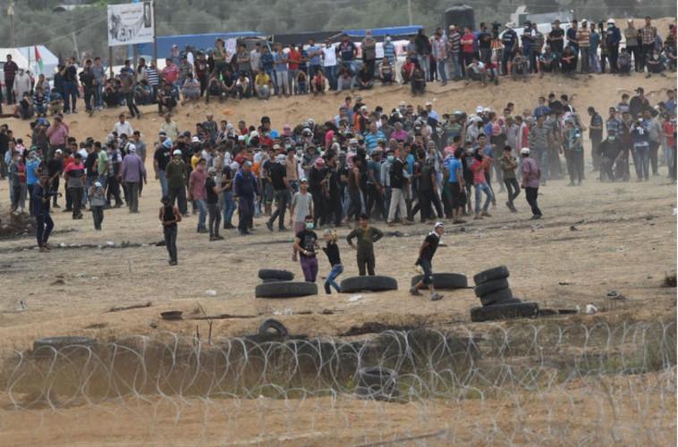 """פלסטינים מתפרעים בגבול רצועת עזה. צילום: דובר צה""""ל"""