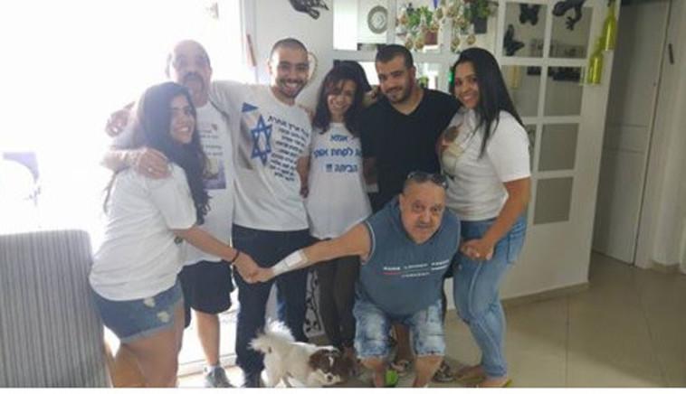 אלאור אזריה בחיק משפחתו לאחר השחרור. צילום מסך פייסבוק